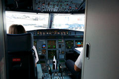 ГРЕЦИЯ - 15-ое октября 2016: Пилоты воздушных судн на работе, взгляде арены Стоковая Фотография