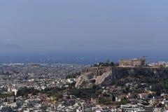 Греция, Парфенон на холме акрополя и афинский riviera как далекая предпосылка стоковая фотография rf