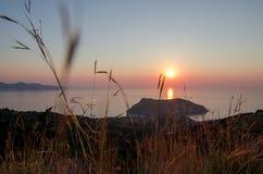 Греция Ionian острова - Cephalonia Kefalonia Заход солнца Asos Стоковое Изображение