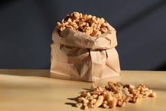 Грецкие орехи в бумажной сумке стоковая фотография