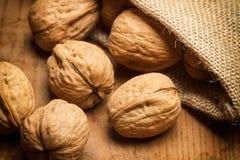 Грецкие орехи в сумке мешковины Стоковые Фото