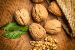 Грецкие орехи в сумке мешковины Стоковое Фото