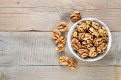 Грецкие орехи в шаре на деревянном столе Стоковая Фотография