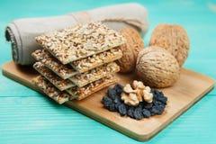 Грецкие орехи, изюминки и печенья с сортированными семенами над деревянной винтажной таблицей Стоковое Фото