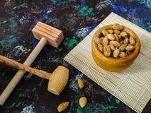 Грецкие орехи и фундуки в составе на темной предпосылке стоковая фотография rf