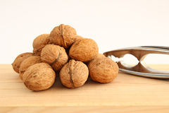Грецкие орехи и Щелкунчик на древесине Стоковая Фотография