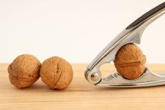 Грецкие орехи и Щелкунчик на древесине Стоковое фото RF