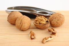 Грецкие орехи и Щелкунчик на древесине Стоковые Изображения RF