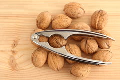 Грецкие орехи и Щелкунчик на древесине Стоковые Фото