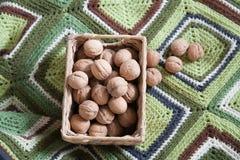 грецкие орехи корзины полные Стоковое Изображение RF