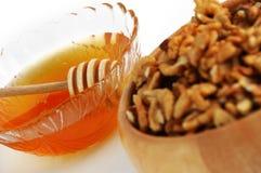 грецкие орехи меда тарелки Стоковая Фотография RF