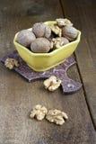 Грецкие орехи на деревянной предпосылке Стоковые Фотографии RF