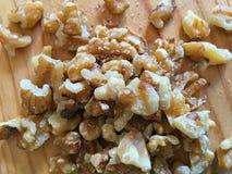 Грецкие орехи на деревянной доске стоковое изображение rf