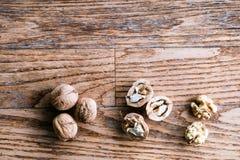 Грецкие орехи на деревянной предпосылке Съемка студии, космос экземпляра Стоковое Изображение RF