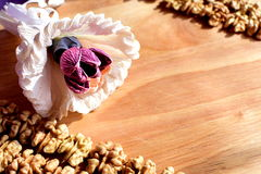 Грецкие орехи на деревянной предпосылке стоковые изображения rf