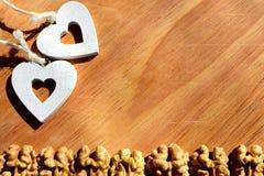 Грецкие орехи на деревянной предпосылке стоковое изображение