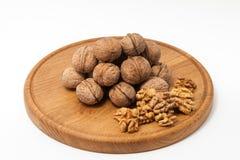 Грецкие орехи на деревянной плите Стоковая Фотография
