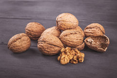 Грецкие орехи на деревянном Стоковые Изображения