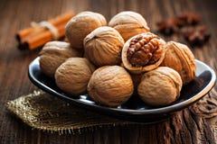 Грецкие орехи на плите стоковое фото