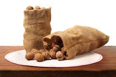 Грецкие орехи на таблице стоковая фотография rf