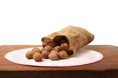 Грецкие орехи на таблице стоковая фотография