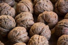 Грецкие орехи на таблице Стоковое фото RF