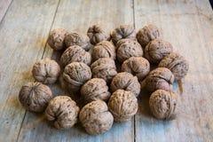 Грецкие орехи на таблице Стоковые Фото