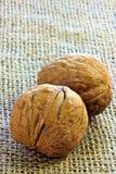 Грецкие орехи на джуте Стоковое фото RF