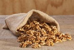 Грецкие орехи разливая от мешка Стоковые Фотографии RF