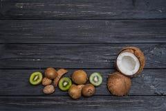 Грецкие орехи с кивиом и кокосом Стоковые Изображения
