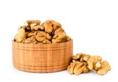 Грецкий орех в деревянной плите на белом, изолированный стоковые фото