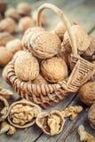 Грецкий орех в корзине на старом деревянном столе Стоковое Изображение RF