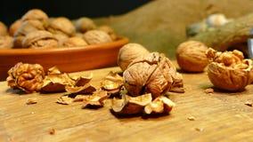 Грецкий орех в раковине в плите на таблице Посыпьте раковину гаек Стержени гаек видеоматериал
