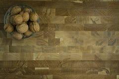 Грецкий орех в стеклянном шаре на деревянной предпосылке r E стоковые фото