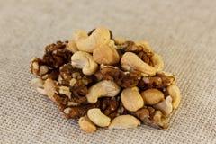 Грецкий орех и анакардия в половине Стоковые Фотографии RF