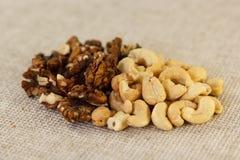 Грецкий орех и анакардия в половине Стоковая Фотография RF