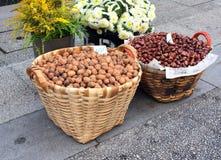 Грецкий орех и каштан в корзинах стоковая фотография rf