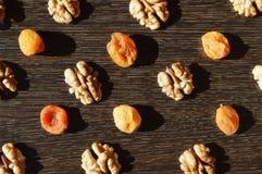 Грецкий орех и сухофрукт на темной предпосылке стоковые фото