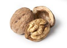 Грецкий орех и треснутый изолированный грецкий орех Стоковые Фото