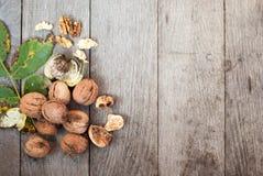 Грецкий орех на деревянной предпосылке с листьями Стоковая Фотография RF