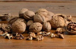 Грецкий орех на таблице Стоковое Фото