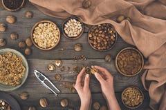 Грецкий орех персоны треская Стоковая Фотография RF