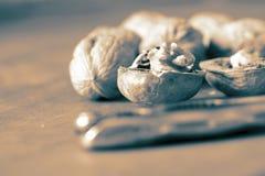 Грецкий орех треснул открытое с Щелкунчиком на деревянной предпосылке стоковая фотография rf