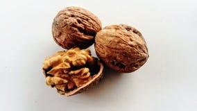 2 грецкого ореха и один в половине стоковая фотография