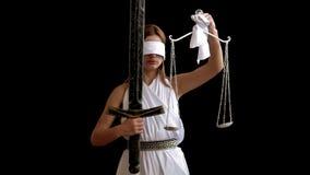 Греческая богиня правосудия Themis с шпагой и масштабов на черной предпосылке идея концепции для защитников и юристов сток-видео