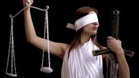 Греческая богиня правосудия Themis с шпагой и масштабов на черной предпосылке идея концепции для защитников и юристов видеоматериал