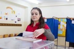 Греческая голова избирателей к спискам избирателей на всеобщие выборы 2015 стоковые фотографии rf