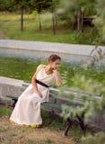 Греческая женщина сидя на стенде Стоковые Изображения RF