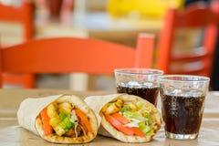 Греческая кухня, souvlaki, пита гироскопа и стекло питья В харчевне в Греции Стоковое Изображение RF