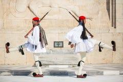 Греческая парадная форма одежды солдат одетая Evzones полностью, ссылается к членам президентской охраны Стоковое Изображение